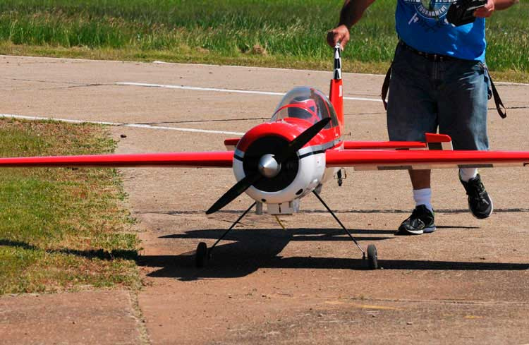 aterrizar-un-avion-rc-tocar-el-suelo-bj